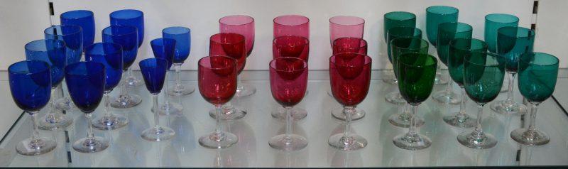 Een lot van 31 gekleurde glazen op voet, bestaande uit 11 blauwe, 11 groene en 9 rode.
