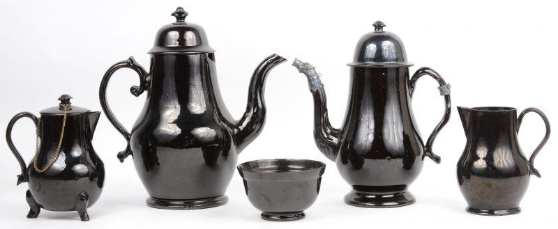 Een lot Naams aardewerk, bestaande uit twee koffiekannen, waarbij één met zilveren montuur, twee kannetjes, waarbij één met deksel en een kommetje. Zeer lichte randbeschadigingen hier en daar, één koffiekan met grotere beschadiging. XIXe eeuw.