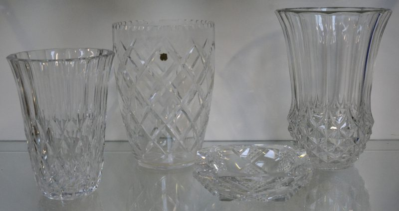 Een lot van drie kleurloze  kristallen vazen en een dito asbak. Val St-Lambert gemerkt op twee vazen en een asbak.