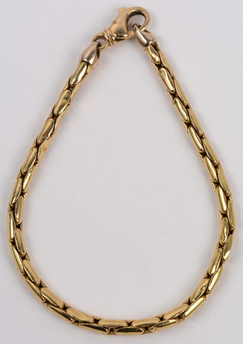 Een 18 karaats geel gouden schakelarmband.