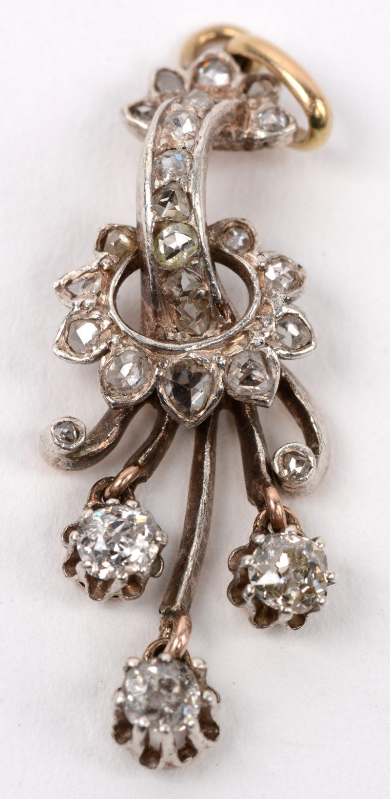 Een 18 karaats wit gouden hanger bezet met diamanten oude slijp en briljanten met een gezamenlijk gewicht van +- 0,70 ct.