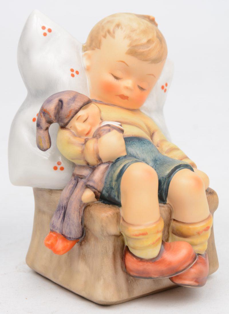 """""""Just dozing"""". Een beeldje van meerkleurig biscuit uit de reeks van M.I. Hummel. Onderaan gemerkt. No. 451."""