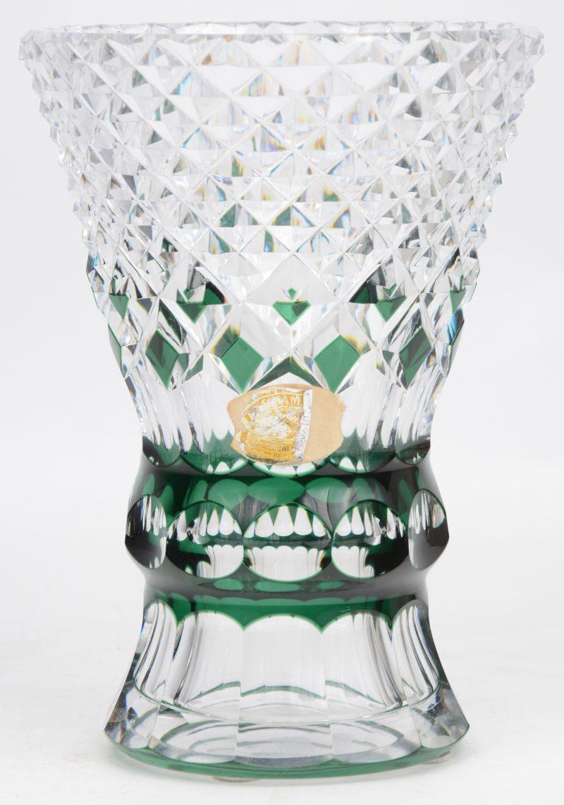 Een konische vaas van rood gedubbeld en geslepen kristal. Gemerkt.