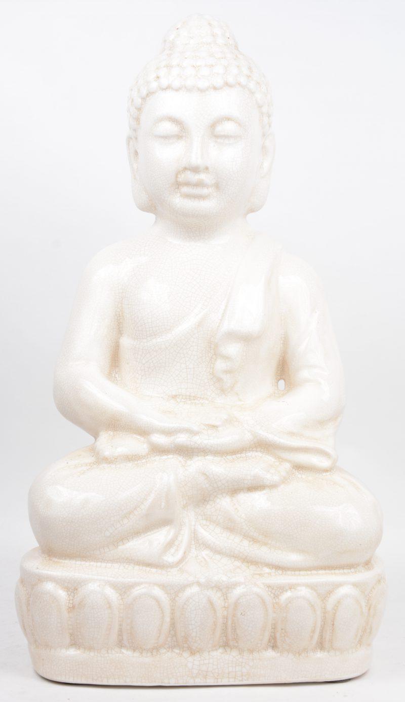 Een zittende Boeddha van wit crackleware.