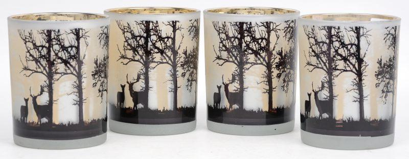 Een reeks van vier glazen kaarsenhouders met een decor van herten en bomen.