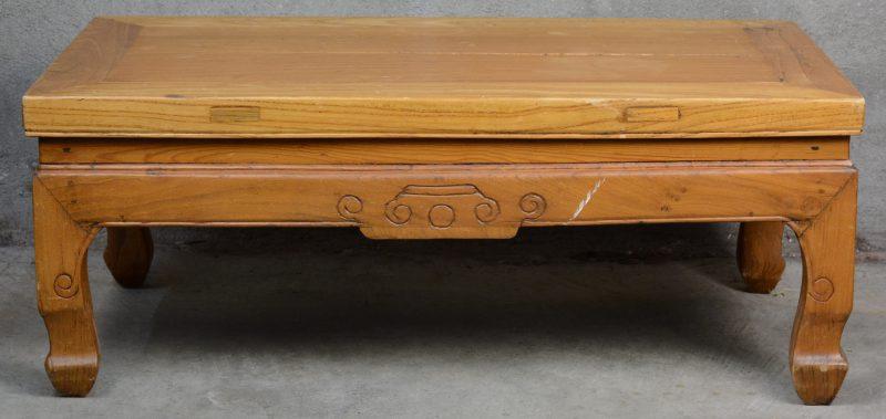 Een Chinees houten altaartafeltje.