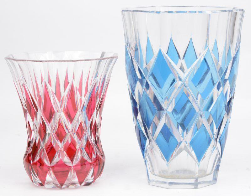 Twee vazen van geslepen kristal, versierd met ruitmotieven, waarbij één in blauw en één in rood. Zonder merk.