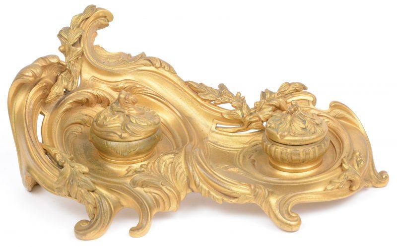 """Een verguld bronzen inktstel in barokke stijl met glazen recipiënten. Gesigneerd 'Van de Voorde""""."""