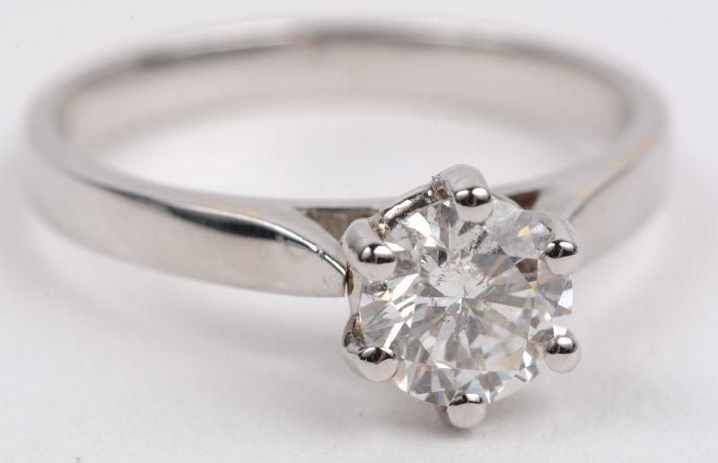 Een 18 karaats wit gouden ring bezet met een solitair van +- 0,92 ct. GSI 1.