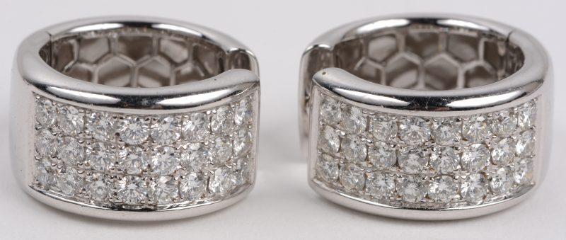 Een paar 18 karaats wit gouden oorbellen bezet met briljanten met een gezamenlijk gewicht van +- 2,48 ct.