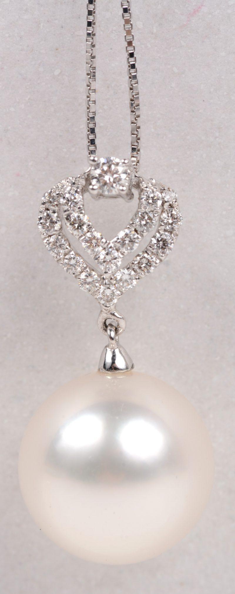 Een 18 karaats wit gouden ketting met hanger bezet met briljanten met een gezamenlijk gewicht van +- 0,24 ct. en een Zuidzeeparel. Met certificaat.