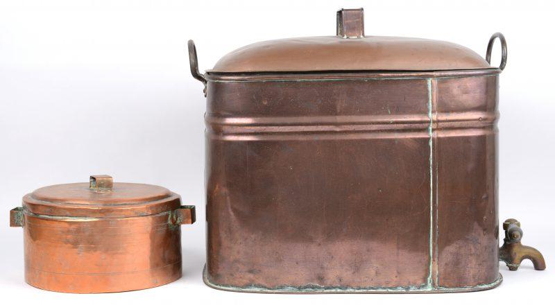 Een koperen waterreservoir en een koperen pot. De eerste Engels, de twee Normandisch.