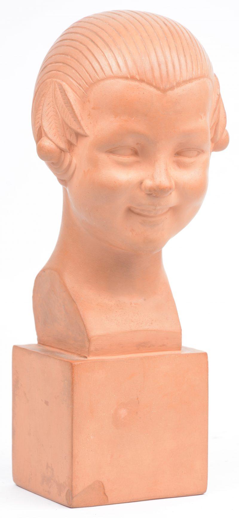 """""""Menina"""". Een terracotta meisjesbuste. Naar een werk van Gaston Herbemont. Met makersstempel achteraan. Schilfer aan de basis."""