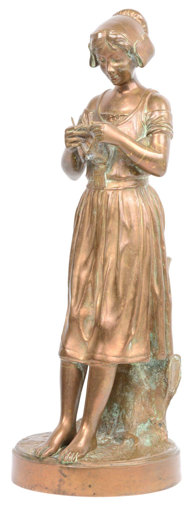 """""""Hakende jonge vrouw"""". Een bronzen beeld. Met Parijse bronsgarantie stempel."""