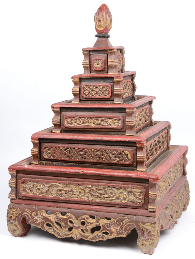Een tempelvormig ladenkastje met vijf laden in trapvorm. Gepolychromeerd hout. Chinees werk.