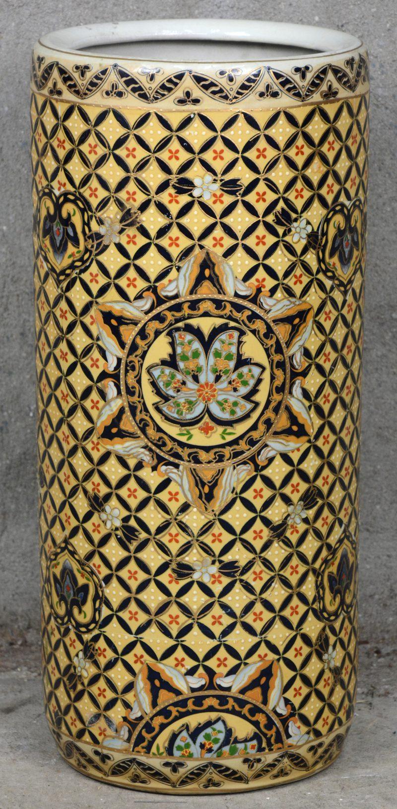 Een Chinees porseleinen kokervaas. Onderaan gemerkt.