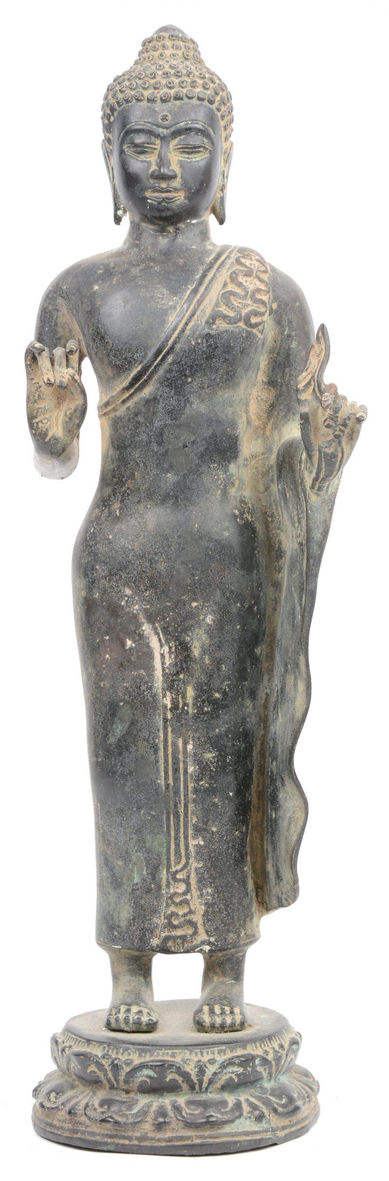 Een staande Boeddha van brons.