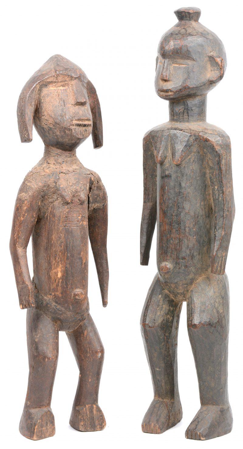 Twee Afrikaanse beelden van gebeeldhouwd hout.
