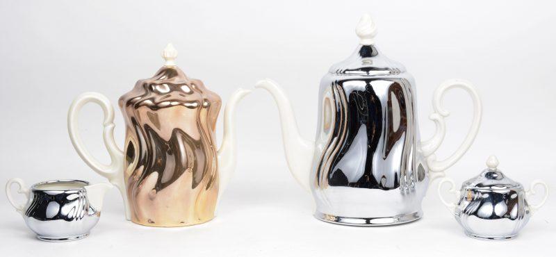 Een vierdelig koffie- en theestel van wit porselein, waarbij de schenkkannen met afneembare verzilverde warmhouders. Deksel van de koffiekan manco. Afwijkende modellen.