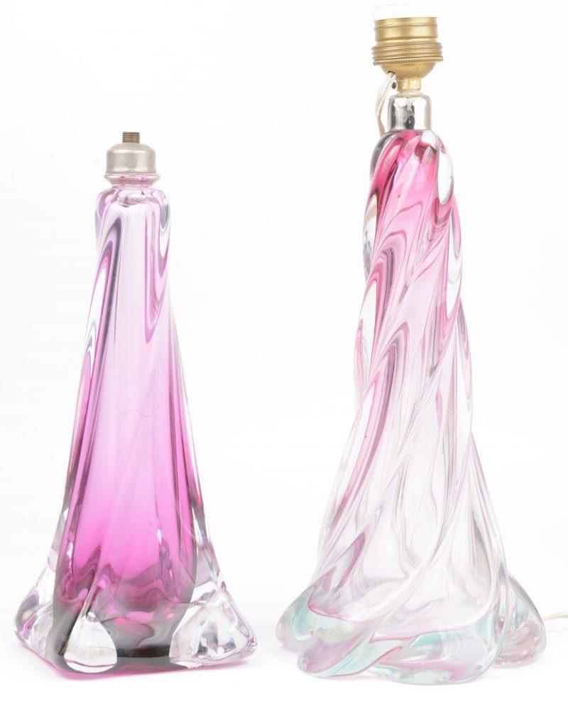 Twee gekleurde kristallen lampenvoeten, waarbij de kleinste gemerkt van Val St. Lambert. De grootste met schilfer aan de basis.
