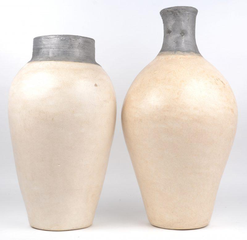 Twee aardewerken vazen met wit glazuur en grijze tinnen hals.
