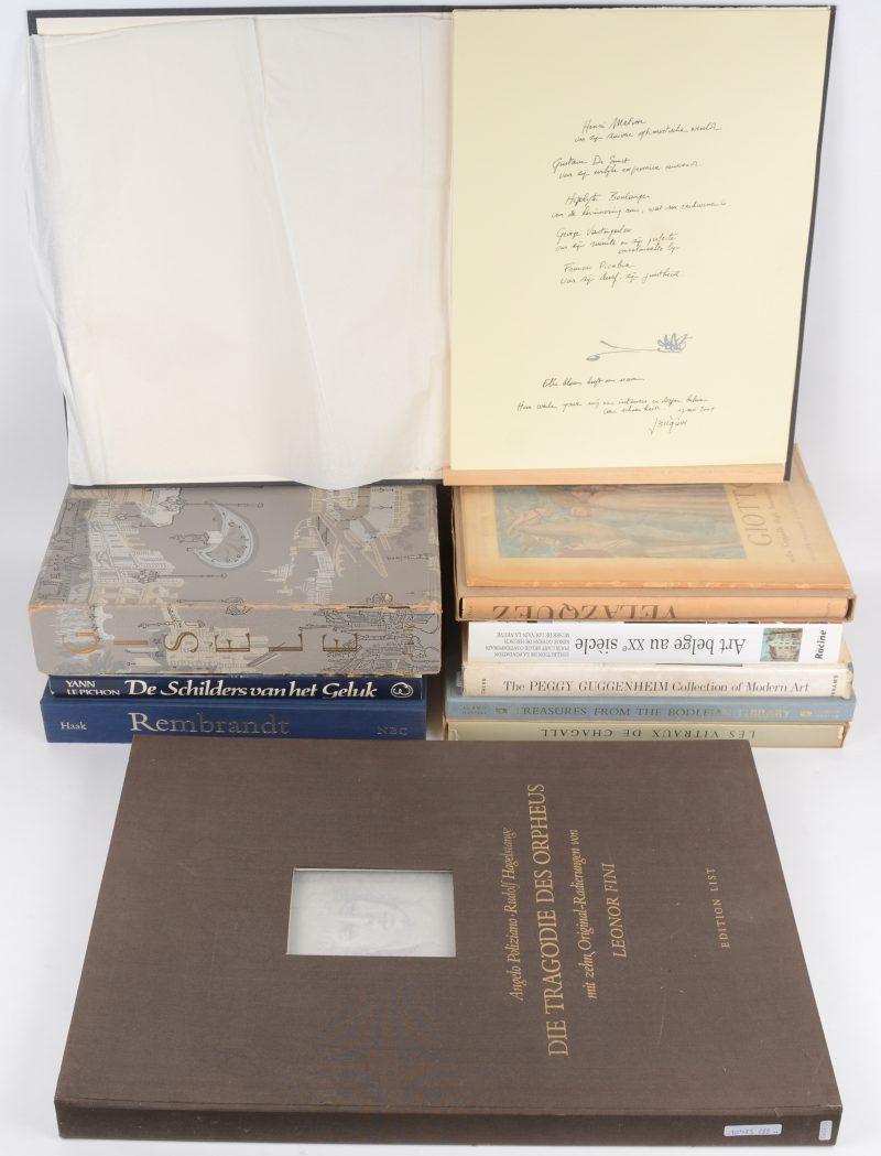 """Een lot boeken en kunstuitgaven:- """"Art Belge au XXe siècle"""". Ed. Racine, 2006.- """"Les vitraux de Chagall 1957 - 1970"""". Ed. A.C. Mazo. Paris, 1972. In stofhoes.- """"Treasures from the Bodleian library"""". Ed. Gordon Fraser. London, 1976. In stofhoes.- """"The Peggy Guggenheim collection of modern art"""". Ed. Abrams, New York.- """"Gisèle"""". Gedichtenbundel van Seingalt met illustraties van Aubré Rali. Ed. Kellinckx. Brussel, 1958. genummerde uitgave in stofhoes.- """"Rembrandt. Zijn leven, zijn werk, zijn tijd"""". B; Haak. Ed. Nederlandse Boekenclub, 's Gravenhage.- """"De schilders van het geluk"""". Yann le Pichon. Ed. Elsevier, 1984.- """"Gioto"""". istituto Italiano d'Arti Grafiche, Bergamo.- """"Velazquez"""". Ed. Wilhelm Goldmann, Leipzich.- Map met vijf grafische werken van Jean Bilquin. Uitgegeven door de Vlaamse overheid. - """"Die Tragödie des Orpheus"""". Angelo Poliziano. Met illustraties van Leonor Fini. Ed. List."""