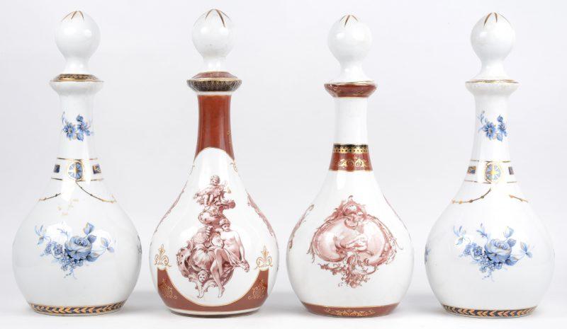 Een lot van twee paar porseleinen flessen, versierd met handgeschilderde decors van bloemen en barokke motieven met putti, waarbij één paar in rood en één paar in blauw. Stoppen beschadigd. Onderaan gemerkt.
