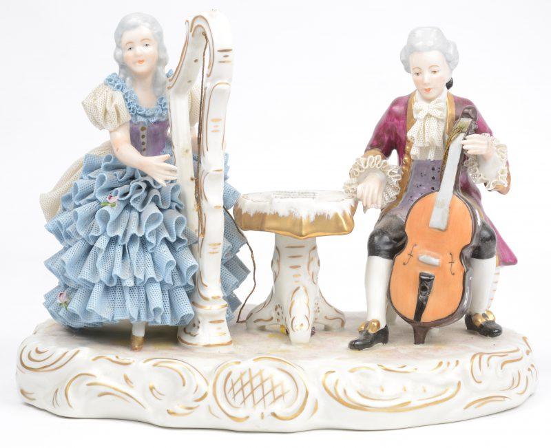 """""""Muzikanten"""". Een groep van meerkleurig Duits porselein. Snaren van de harp en de cello manco. Onderaan gemerkt."""