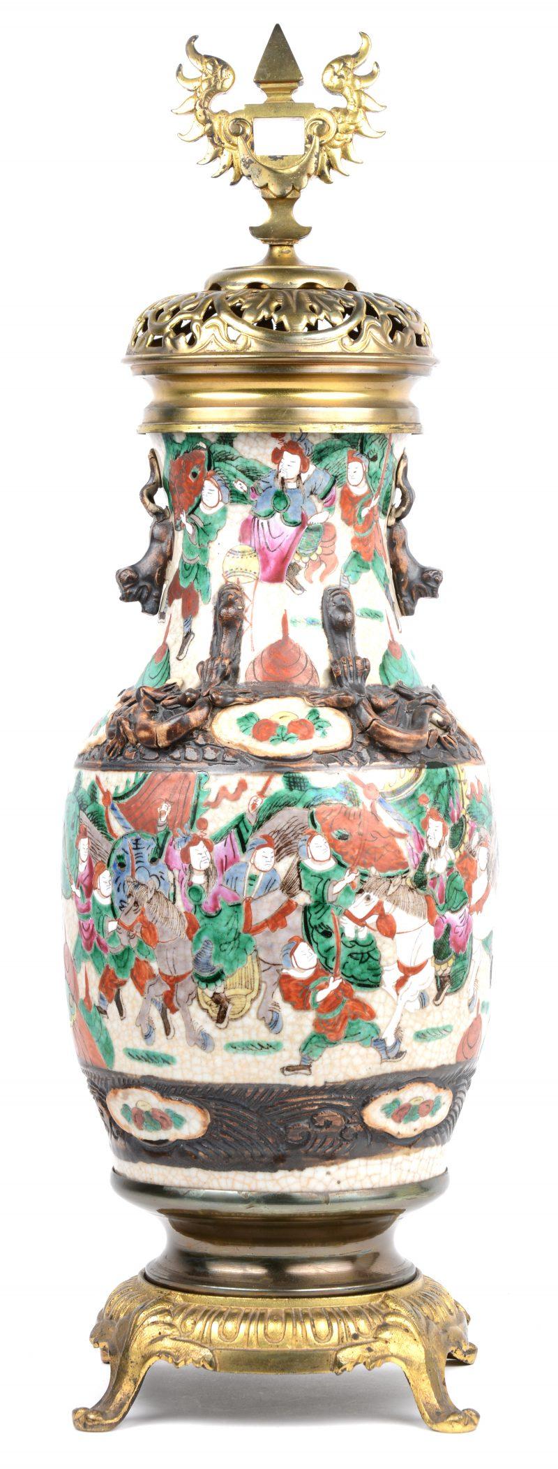 Een balustervaas van Nankin-aardewerk, versierd met messingen monturen.