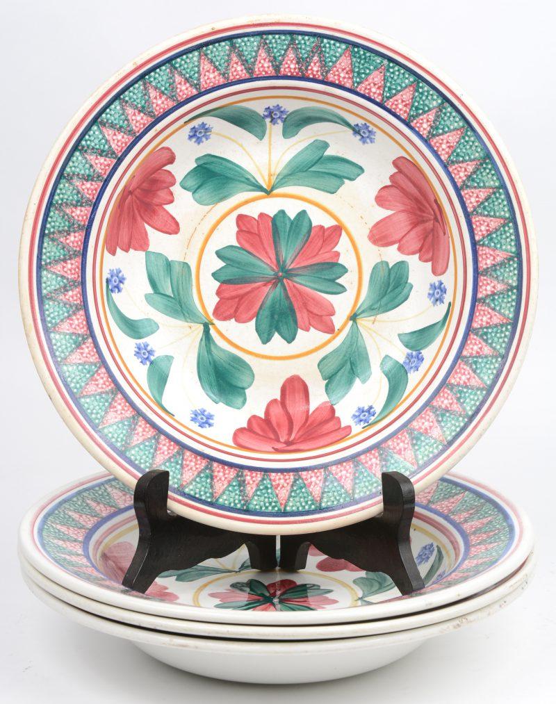 Vier diepe borden van meerkleurig aardewerk. Onderaan gemerkt.