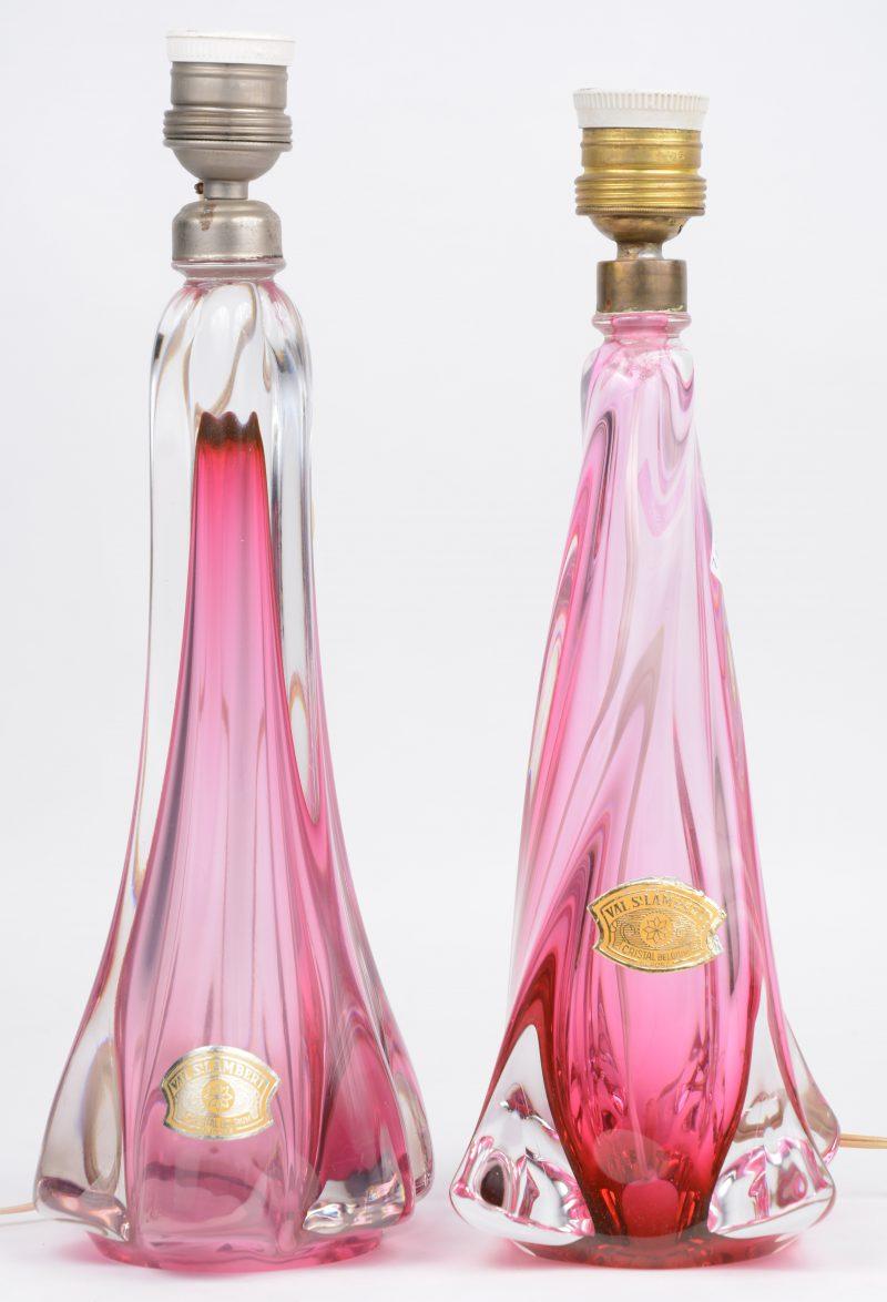 Twee verschillende lampenvoeten van kristal, roze gekleurd in de massa. Beide gemerkt met sticker, maar niet gegraveerd onderaan.