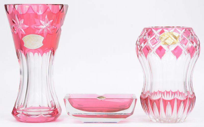 Twee verschillende vaasjes en een asbak van geslepen roze en kleurloos kristal. Gemerkt met sticker, maar niet gegraveerd onderaan.