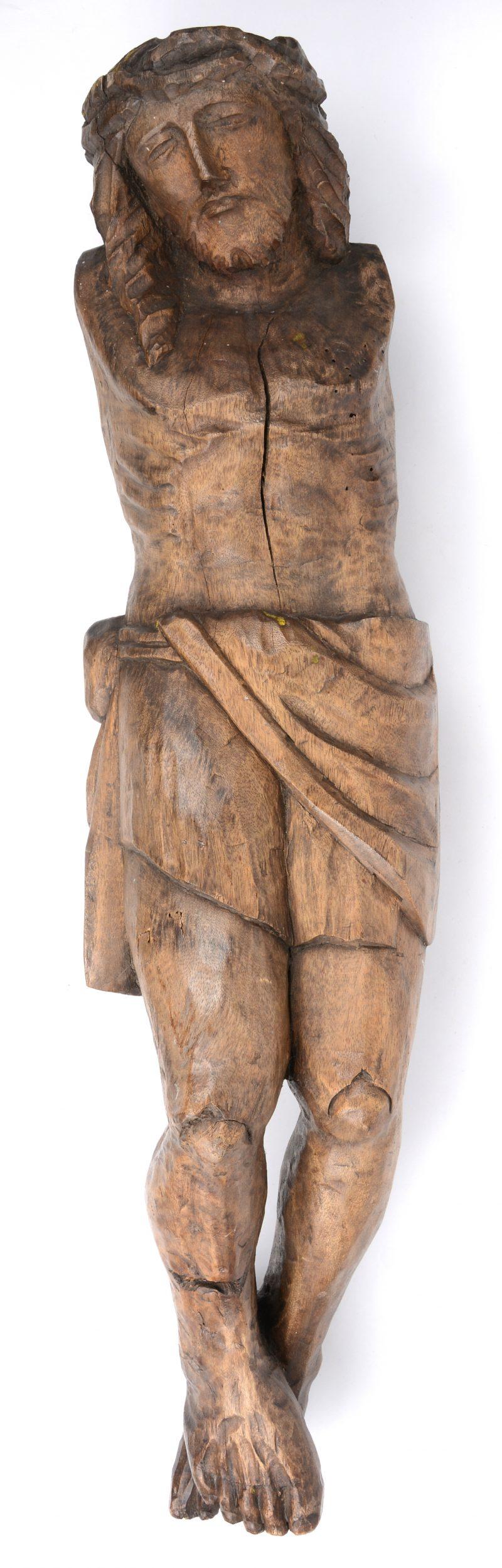 Een gebeeldhouwd houten Christus.