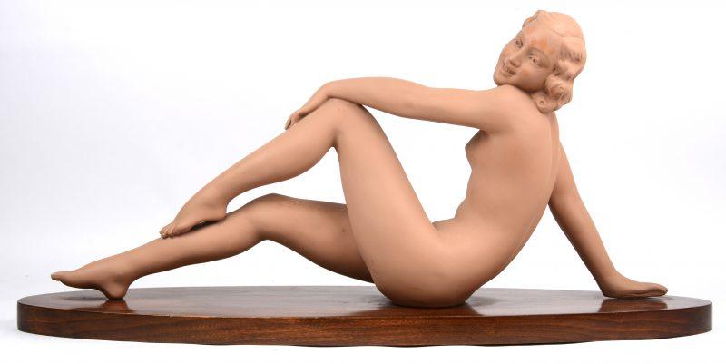 """""""Vrouwelijk naakt"""". Een gepatineerd terracotta beeld op houten sokkel. Jaren '30."""