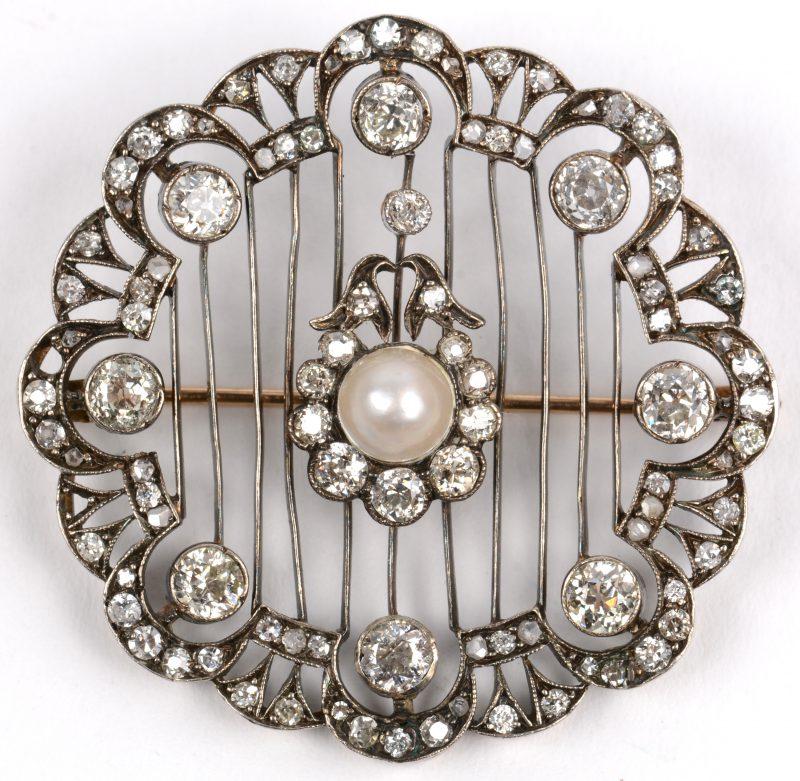 Een 18 K geelgouden broche bezet met diamanten in zilver gezet met een gezamenlijk gewicht van +- 2,50 ct. en een centrale parel. (er ontbreken twee kleine steentjes).