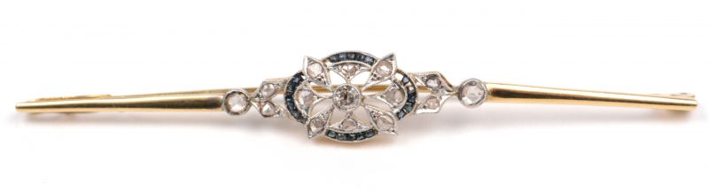 Een 18 K wit en geelgouden art deco broche bezet met diamanten oude slijp met een gezamenlijk gewicht van +- 0,35 ct. en saffieren met een gezamenlijk gewicht van +- 0,20 ct.