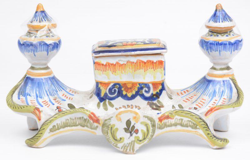Een inktstel van meerkleurig aardewerk van Rouen. dekseltjes intact.