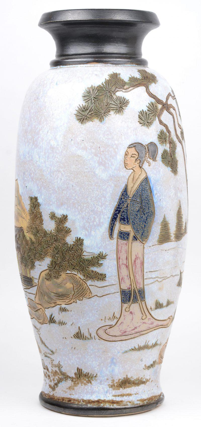 Een vaas van meerkleurig geglazuurd steengoed met een japans decor. Onderaan gemerkt.