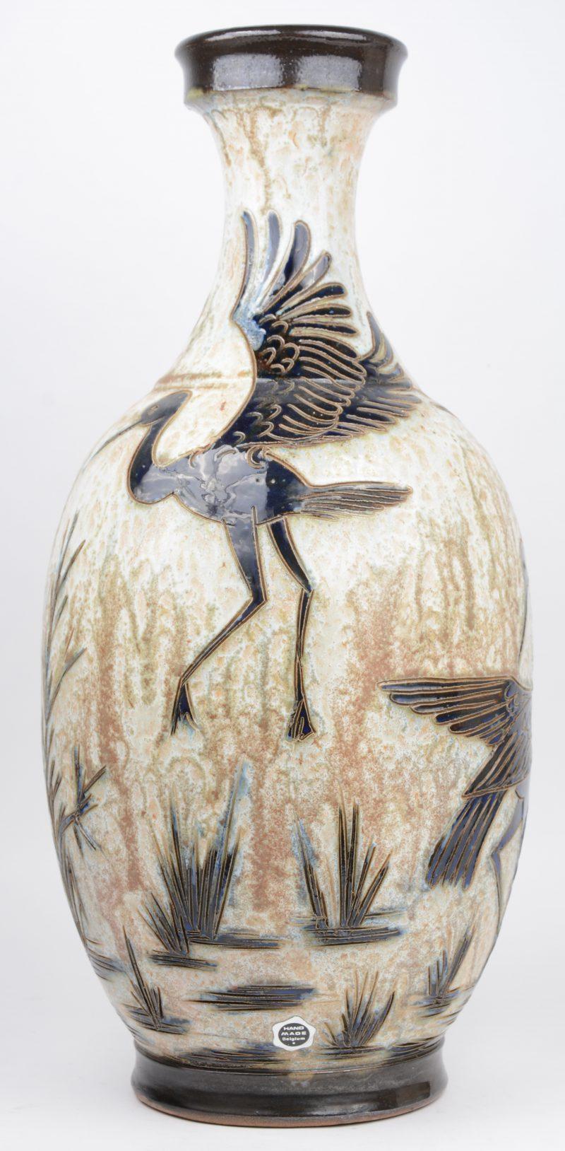 Een vaas van meerkleurig geglazuurd steengoed met een decor van reigers. Onderaan gemerkt.