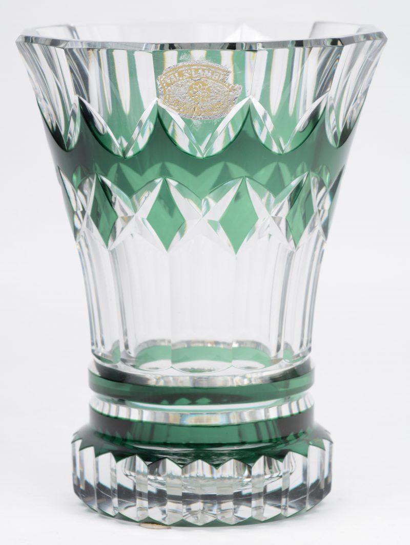 Een vaas van groen gedubbeld en geslepen kristal. Gemerkt.