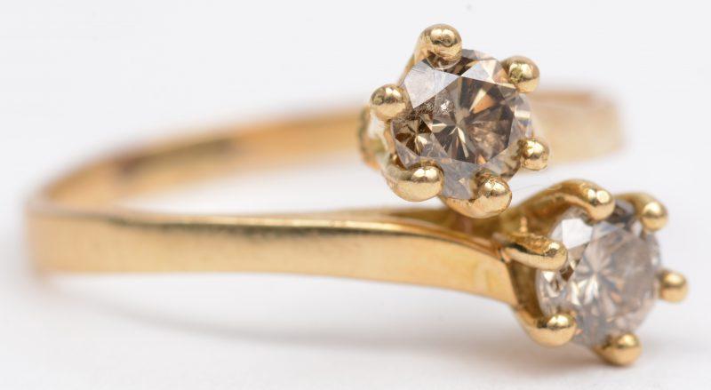 Een 18 K witgouden ring bezet met twee cognackleurige diamanten met een gezamenlijk gewicht van +- 0,50 ct.