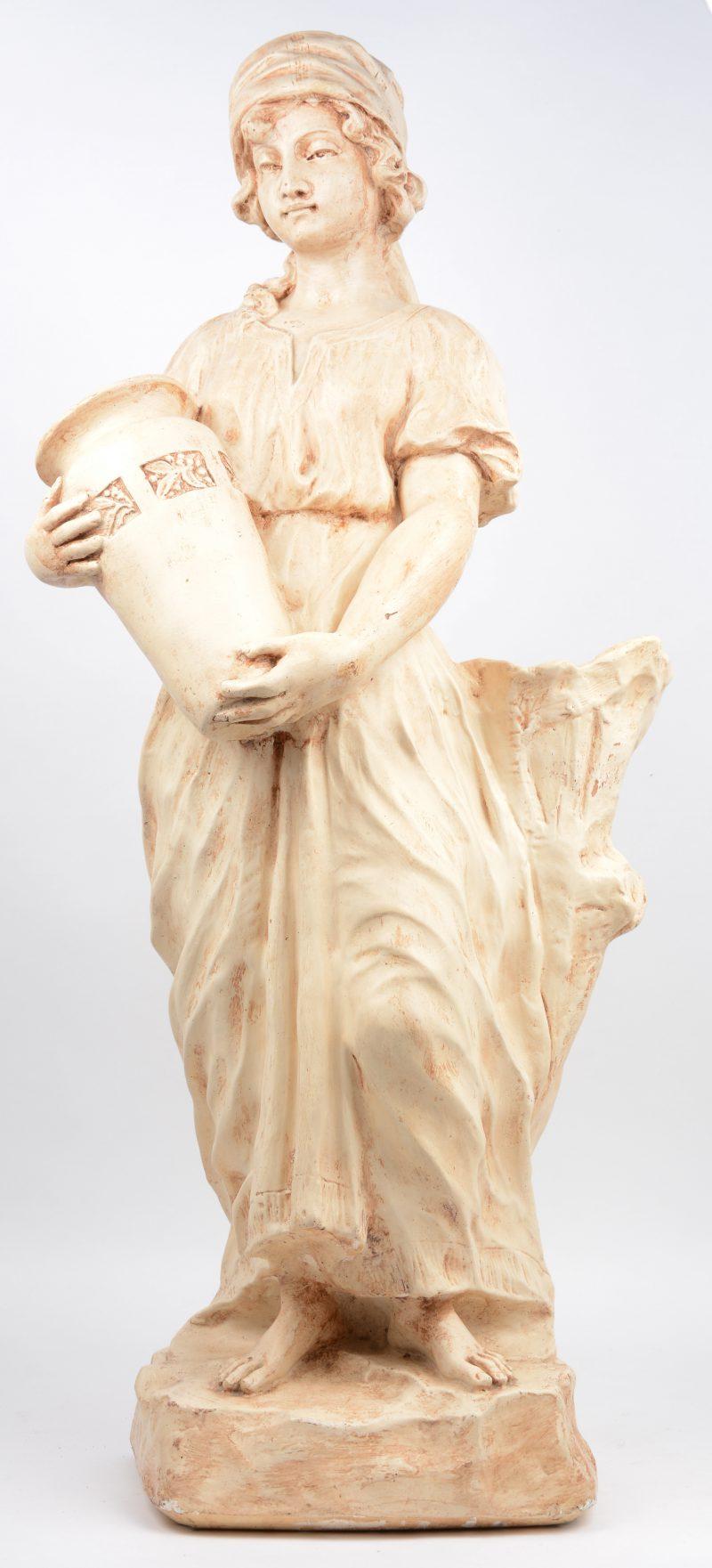 """""""Vrouw met vaas"""". Een beeld van gepatineerd plaaster."""