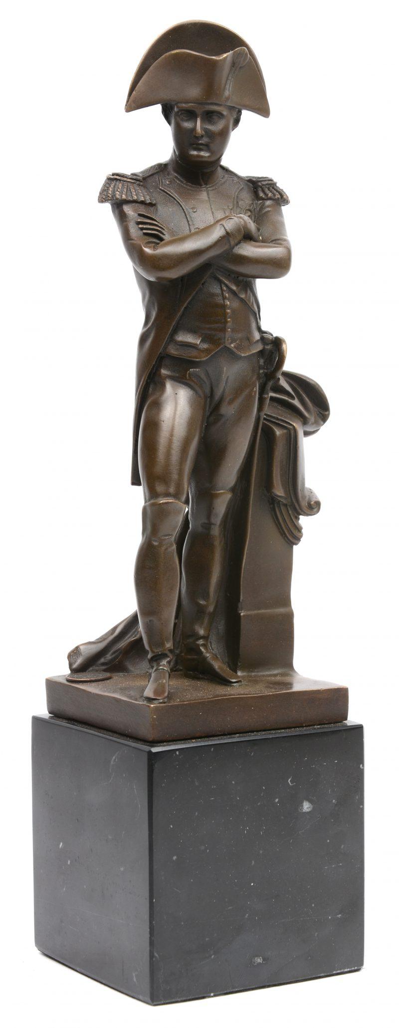 """""""Napoleon"""". Een bronzen beeld op zwart marmeren sokkel naar een werk van Emile Guillemin."""