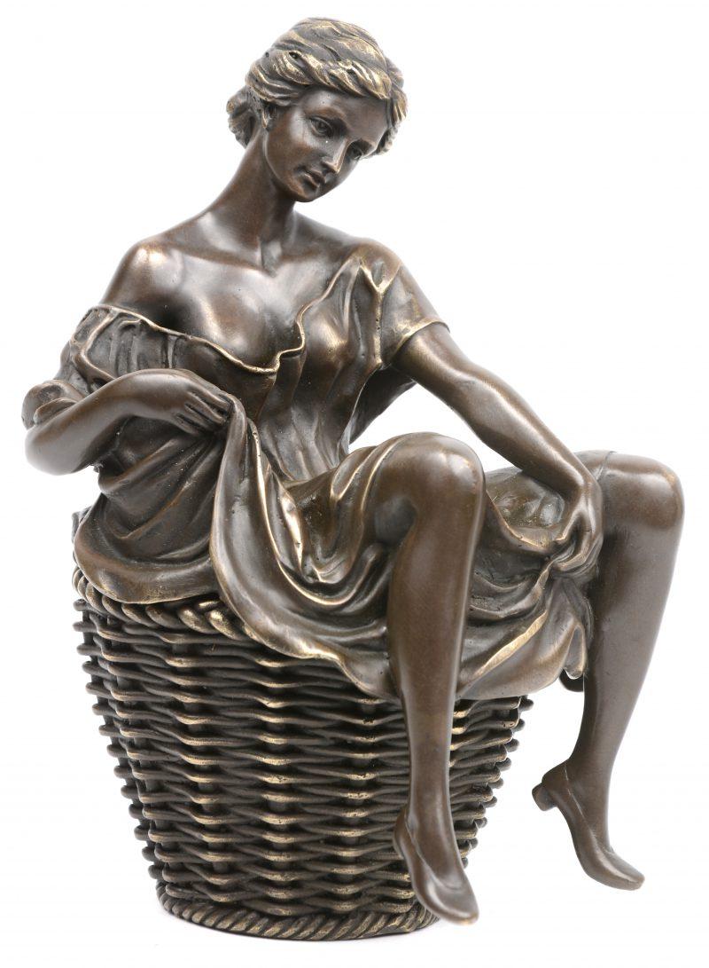 """""""Jonge vrouw"""". Een in twee delen opgebouwde erotische bronzen groep."""