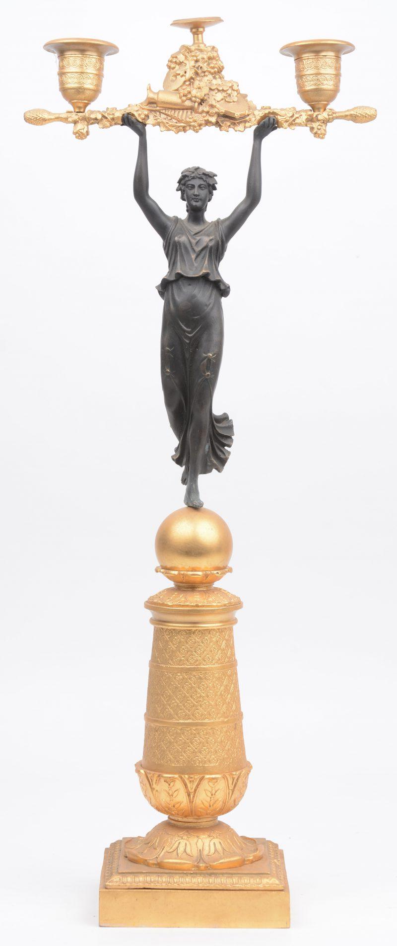 Een kandelaar van deels verguld brons in empirestijl, gedragen door een vrouwenfiguur.