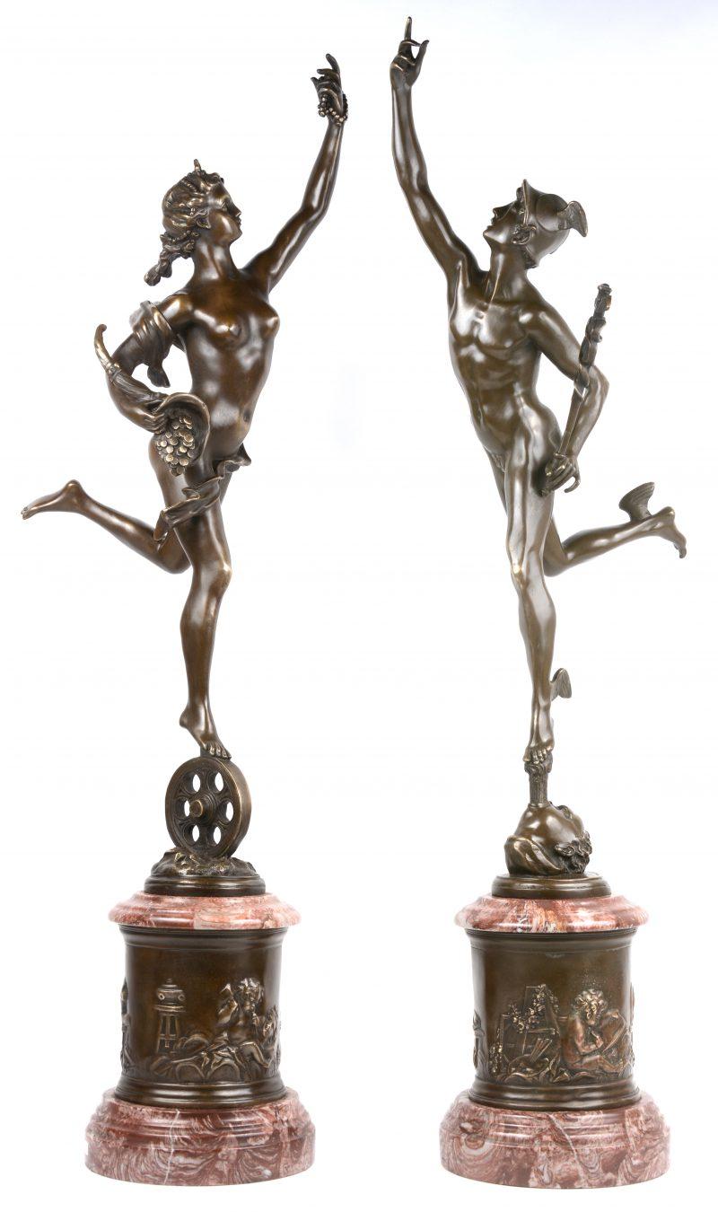 Een paar bronzen beelden op sokkels van roze marmer met bronzen fries: Mercurius naar jean Boulogne en Fortuna naar Edouard Drouot.