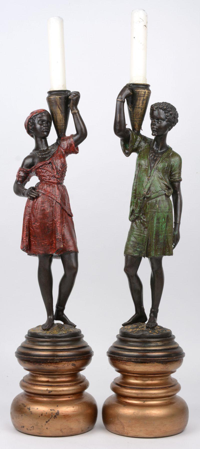 Een koppel waterdragers van meerkleurig gepatineerd brons op houten sokkels.