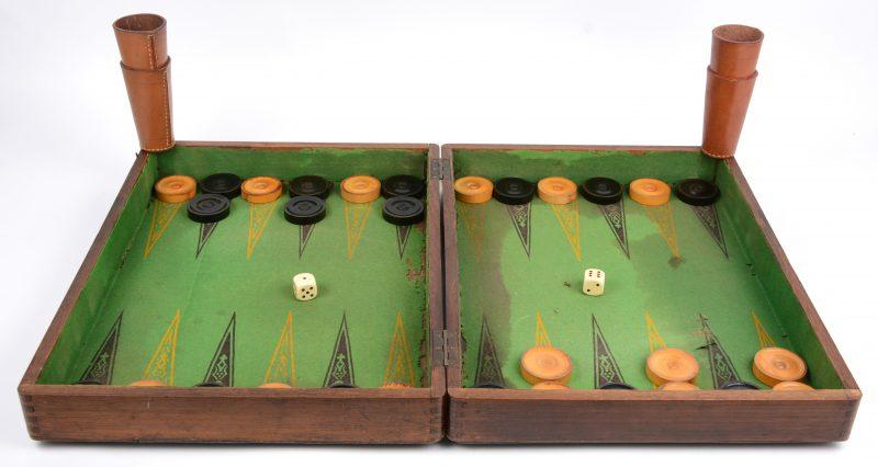 Een houten backgammonspel, volledig met teerlingen, lederen bekers en gedraaide houten jetons. Laat XIXe eeuw.
