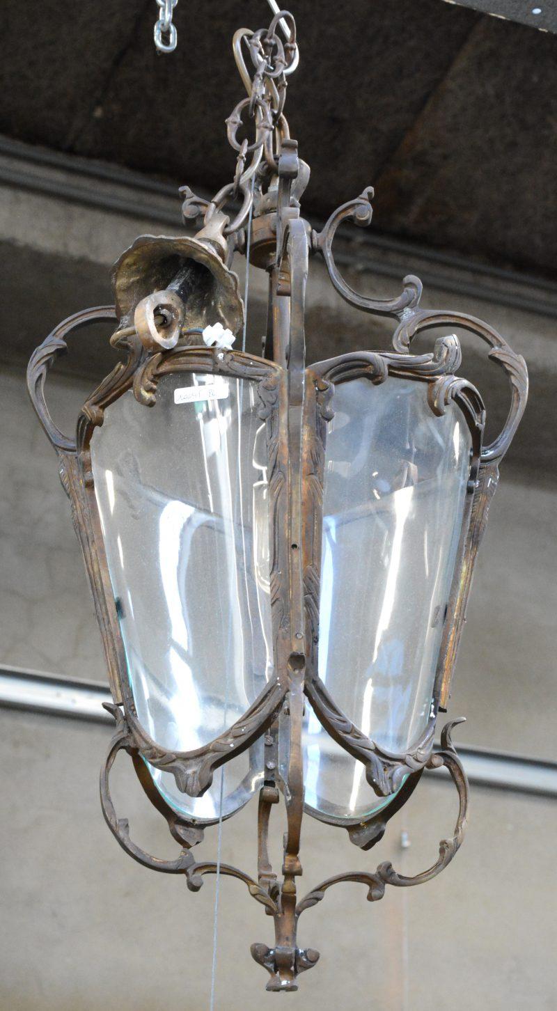 Een bronzen hallantaarn met bolle glazen.