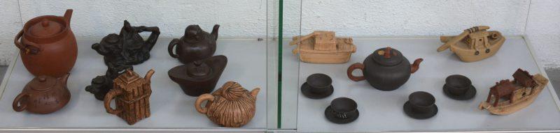 Een lot van Aziatische aardewerken theepotten in diverse uitvoeringen, waarvan drie in de vorm van een bootje.